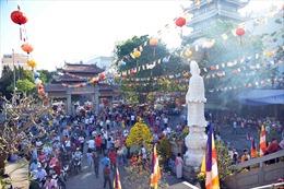 Người dân đi lễ chùa cầu sức khoẻ, bình an đầu năm mới