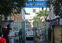 Dỡ bỏ hạn chế ra vào ở chung cư Hòa Bình, chỉ còn cách ly 8 hộ dân