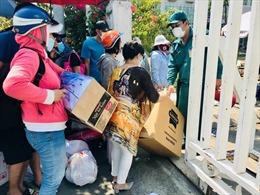 Khu cách ly tại KTX Đại học Quốc gia TP Hồ Chí Minh 'quá tải' vì người dân đến tiếp tế đồ