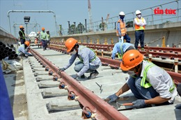 Công nhân phơi mình dưới nắng nóng thi công tuyến metro Bến Thành-Suối Tiên