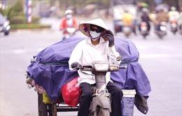 Người dân TP Hồ Chí Minh chống chọi với nắng nóng gần 40 độ C