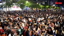 Người dân TP Hồ Chí Minh đổ về trung tâm chờ xem pháo hoa giao thừa