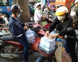 TP Hồ Chí Minh: Người dân đổ đi mua khẩu trang, giá ổn định vì nguồn cung dồi dào