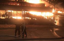 Đang cháy lớn xưởng gỗ ở quận 12, quốc lộ 1A ùn tắc nghiêm trọng