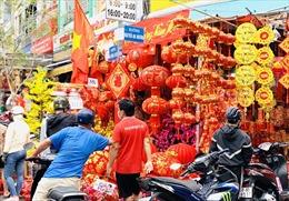 Rực rỡ sắc đỏ trên phố bán đồ trang trí Tết tại TP Hồ Chí Minh