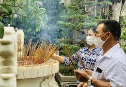 Người dân TP Hồ Chí Minh đi lễ chùa đầu năm không quên đeo khẩu trang