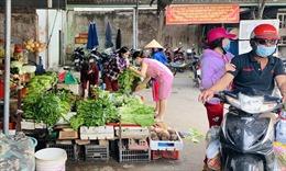 Mùng 3 Tết, TP Hồ Chí Minh hàng hóa dồi dào, giá không tăng