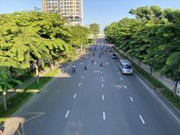 Đường phố TP Hồ Chí Minh vắng vẻ trong ngày đầu thực hiện giãn cách xã hội