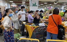 Đổ xô đi siêu thị mua thực phẩm trước thời điểm TP Hồ Chí Minh thực hiện giãn cách xã hội