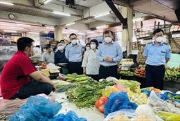 Chợ truyền thống tại TP Hồ Chí Minh mở lại, vắng người mua bán