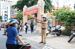 Cảnh sát giao thông, tình nguyện viên hỗ trợ thí sinh tham gia kỳ thi tốt nghiệp THPT 2021