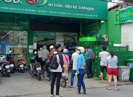 Người dân TP Hồ Chí Minh đi 'gom' hàng tích trữ, các siêu thị khẳng định đảm bảo nguồn cung