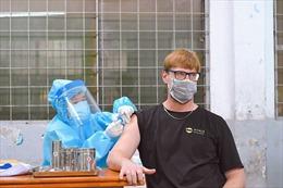 Người nước ngoài tại TP Hồ Chí Minh phấn khởi khi được tiêm vaccine phòng COVID-19