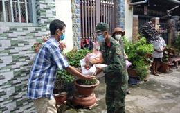 TP Hồ Chí Minh: Người lao độngđang ở trọ phấn khởi khi được nhận tiền hỗ trợ