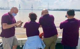 Du khách nước ngoài thích thú trải nghiệm tour đường sông đến Cần Giờ