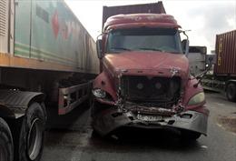 Xe container đâm nhiều ô tô và xe máy dừng đèn đỏ