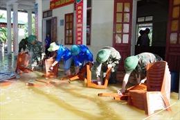 Lội nước, đội nắng giúp người dân khắc phục mưa lũ