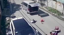 Lại xảy ra bật cửa cốp xe đưa đón làm hai học sinh văng xuống đường