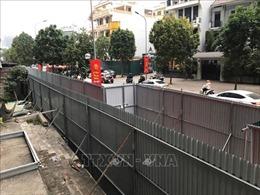 Dựng hàng rào chắn mới chờ phương án phá dỡ giai đoạn 2 toà nhà 8B Lê Trực
