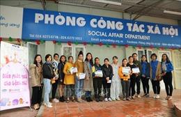 Đoàn Thanh niên TTXVN tặng quà cho các bệnh nhi tại Bệnh viện Nhi Trung ương
