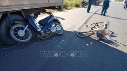 Người đàn ông đi xe máy tử vong sau khi đâm liên hoàn xe đạp và xe tải