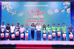 Trưởng ban Kinh tế Trung ương Nguyễn Văn Bình tặng quà, chúc Tết công nhân lao động tại tỉnh Bình Dương