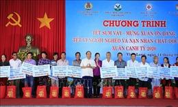Thủ tướng thăm hỏi, tặng quà các đối tượng chính sách tỉnh Vĩnh Long