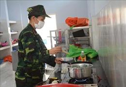 Cận cảnh việc chuẩn bị bữa cơm trưa bên trong khu cách ly