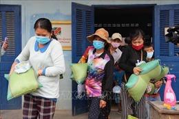 Những món quà nghĩa tình đến với bà con gốc Việt tại tỉnh Kandal của Campuchia