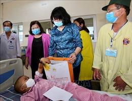 Phó Chủ tịch nước thăm và tặng quà bệnh nhi ung thư tại Bệnh viện K