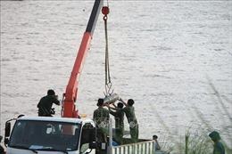 Trục vớt quả bom còn nguyên ngòi nổ dưới sông Hồng