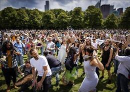 Hà Lan bắt giữ hàng chục người biểu tình phản đối giãn cách xã hội