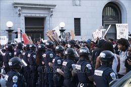 Bốn đối tượng bị buộc tội vì tìm cách kéo đổ tượng bên ngoài Nhà Trắng