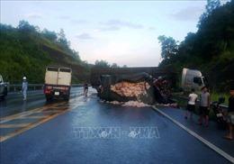 Va chạm giữa xe đầu kéo và xe tải khiến hai người tử vong