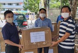 Trao tặng khẩu trang N95 và đồ bảo hộ y tế cho lực lượng phòng, chống dịch Đà Nẵng