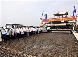 Phó Thủ tướng Trịnh Đình Dũng kiểm tra tiến độ sửa chữa đường băng sân bay Nội Bài
