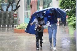 Hình ảnh thí sinh TP Hồ Chí Minh đội mưa đến thi môn Toán