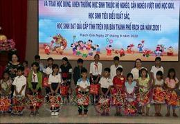 Kiên Giang: Tặng quà Trung thu và trao học bổng cho học sinh nghèo vượt khó học giỏi