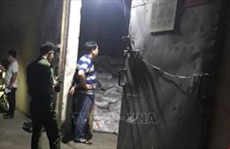 Hàng trăm bao phân bón trong kho bị đổ làm 2 công nhân tử vong