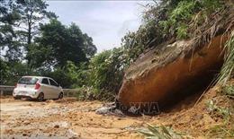 Hàng trăm mét khối đất đá sạt lở tại đường lên Tam Đảo