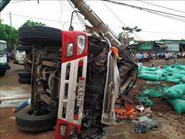 Xe tải đâm gãy cột điện khiến hai người thương vong, nhiều nơi bị mất điện