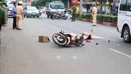 Va quệt ngã xuống đường, người phụ nữ bị xe buýt tông tử vong