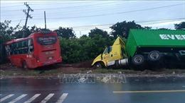 Xe khách vượt ẩu tông trực diện xe tải, một người chết, bốn người bị thương