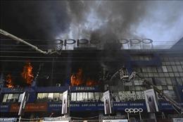 Chập điện gây cháy lớn tại một siêu thị điện tử ở Pakistan