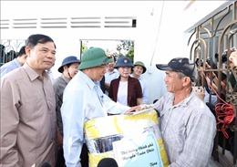 Thủ tướng thăm hỏi các gia đình chịu thiệt hại nặng do thiên tai tại Quảng Ngãi