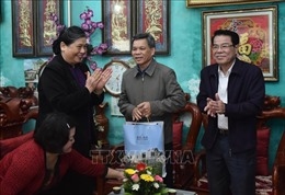 Đồng chí Tòng Thị Phóng thăm, tặng quà các gia đình chính sách tại Sơn La