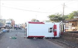 Xe cấp cứu mất lái đâm vào dải phân cách, 2 người bị thương