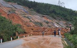 Đường ven biển Cảnh Dương ở Thừa Thiên – Huế bị ách tắc do sạt lở
