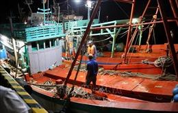 Bắt quả tang 2 tàu sang mạn dầu diesel trái phép trên biển