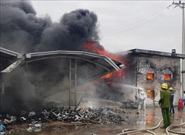 Cháy kho chứa rác của công ty giày da, thiệt hại hàng trăm triệu đồng